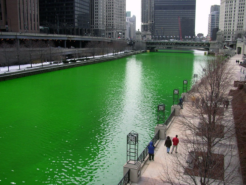 800px-Chicago_River_dyed_green,_focus_on_river copy